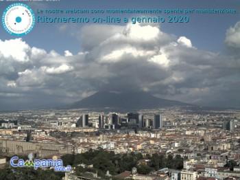 Blick vom Zentrum Neapels auf den Vesuv